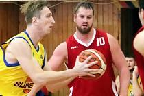 Basketbalisté Slunety USK Ústí n/L (žlutí) porazili v utkání 11. kola II. ligy BK Klatovy a postoupili na druhé místo tabulky skupiny A