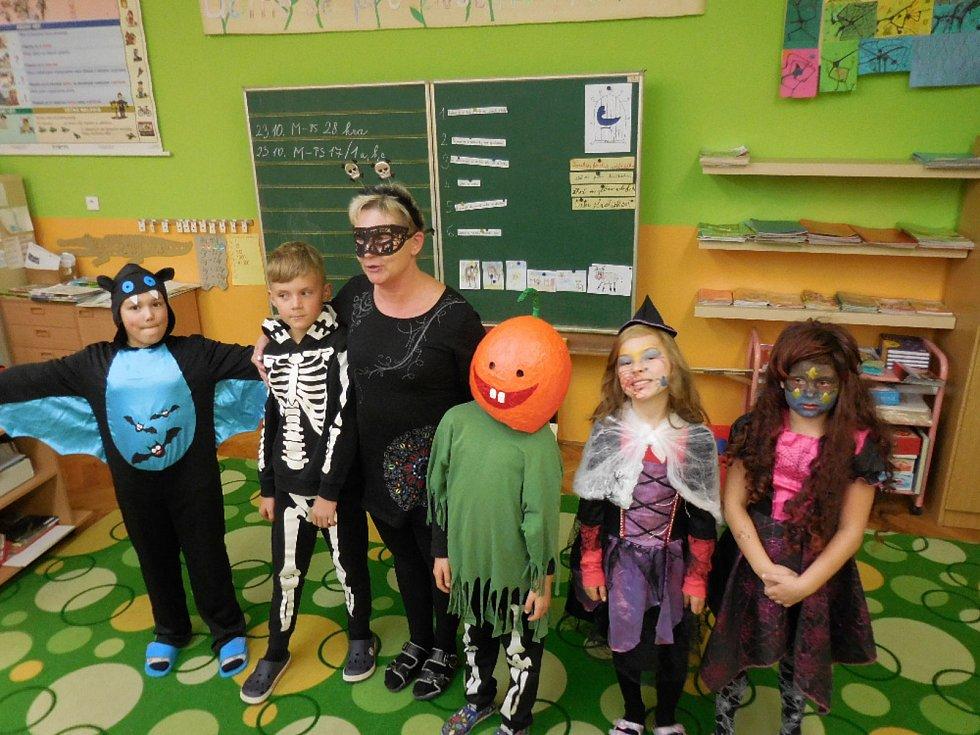 V Petrovicích školu rozzářila světélka Halloweenu.