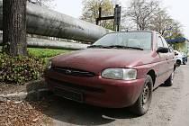 Odstavený automobil bez registračních značek stál pěknýchv Klíšské ulici bez povšimnutí úředníků.