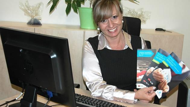 Finanční poradkyně Kateřina Mendelová ukazuje produkty, které lidé, shánějící své vlastní bydlení, v Hypocentru najdou.