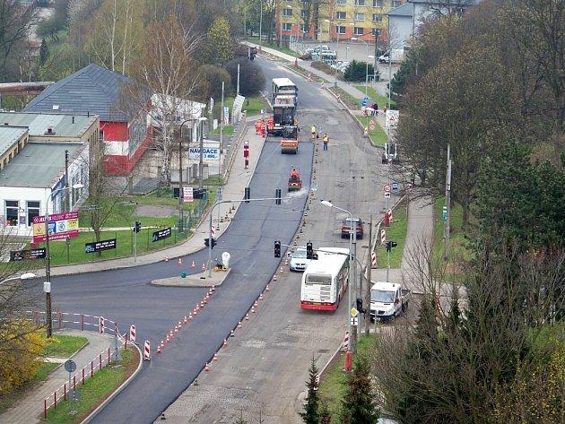 Na opravy se vrhli jak silničáři, tak dopravní podnik. Ti během víkendu odfrézovali a položili nový asfalt v ulici Hoření a vyměnili výhybku trolejového vedení na Elbě.