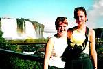 Vodopády Iguazú patří mezi nejkrásnější vodopády světa. Leží na stejnojmenné řece na hranici Argentiny a Brazílie. Na snímku Pavla Novotná z Ústí nad Labem se sestrou u vodopádů na brazilské straně.