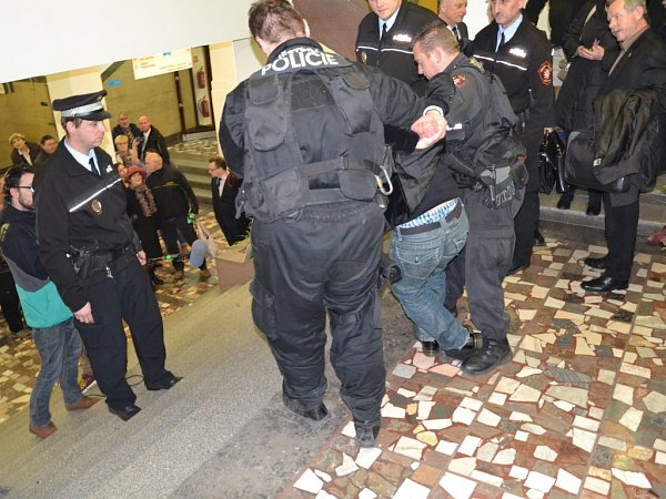 Strážníci zatýkají Jiřího Maryška.