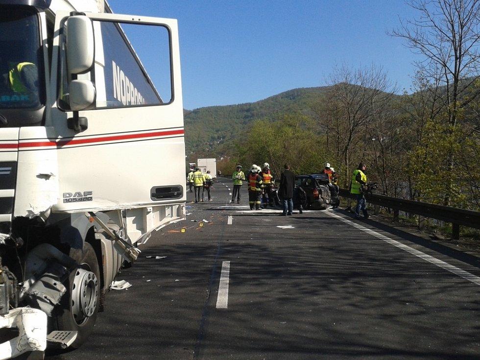 Na hlavním tahu z Ústí nad Labem do Lovosic havarovaly dva kamiony a osobní vůz.