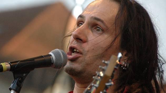 """Ondra """"Uraggan"""" Skalák, lídr reggae kapely z Ústí, zpíval na Barevné planetě."""