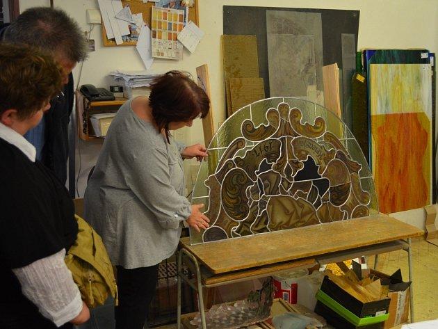 Na návštěvě ve vitrážnické dílně Skloart v Lubenci. Odtud půjde i vitráž na EXPO 2015.