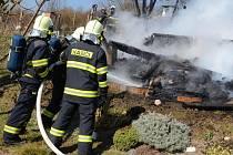 Hasiči likvidují požár chatky. Ilustrační foto.