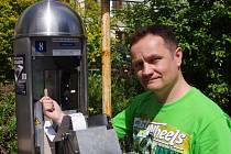 Pracovník Městských služeb Roman Líbal ukazuje dřívko, s jehož pomocí vykrádají zloději parkovací automaty.