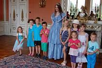 Krásná slečna Nikol provázela zámeckými sály.