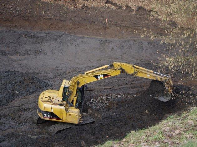 USAZENINY Z PŘEHRADY V RYJICÍCH těží Povodí Ohře. V nádrži má být až 4 000 metrů krychlových bahna.