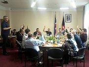 Hlasování zastupitelstva o revokaci usnesení rady města.