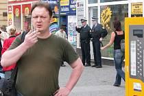 Redaktor Janni Vorlíček kouřil na zastávce poblíž policistů, kteří ale nezakročili