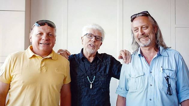 Režisér, scénárista a folkový muzikant z Brna se v malé knížce ohlíží za svými zážitky ze setkání s hudebníky Suchým, Mayallem, Donovanem, hercem Hugo Haasem a dalšími osobnostmi kultury, které potkával.