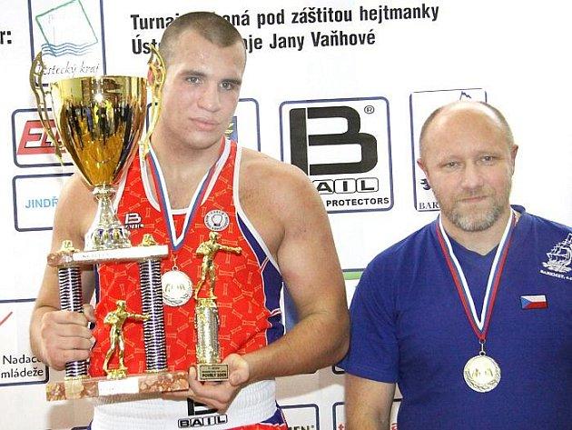 Ústecký boxer Ondřej Novotný (na snímku s trenérem Larionovem) ovládl v Povrlech super těžkou váhu a byl zvolen nejlepším boxerem turnaje.