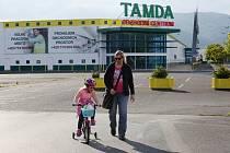 Po bývalém hypermarketu Tesco je nyní obchodní centrum Tamda.