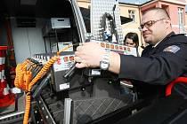 Policie včera v Řehlovicích představila i nový kamerový monitorovací vůz a terénní auto pro psovody (na snímku policista z dálničního oddělení Martin Sedláček).