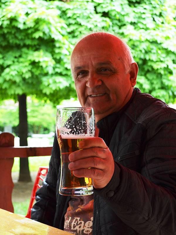 Na snímku Jindřich Gott na předzahrádce Restaurce Ve Střední Evropě na Lidickém náměstí.