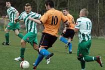 Fotbalisté Libouchce (pruhovaní) doma porazili Jílové 3:0.