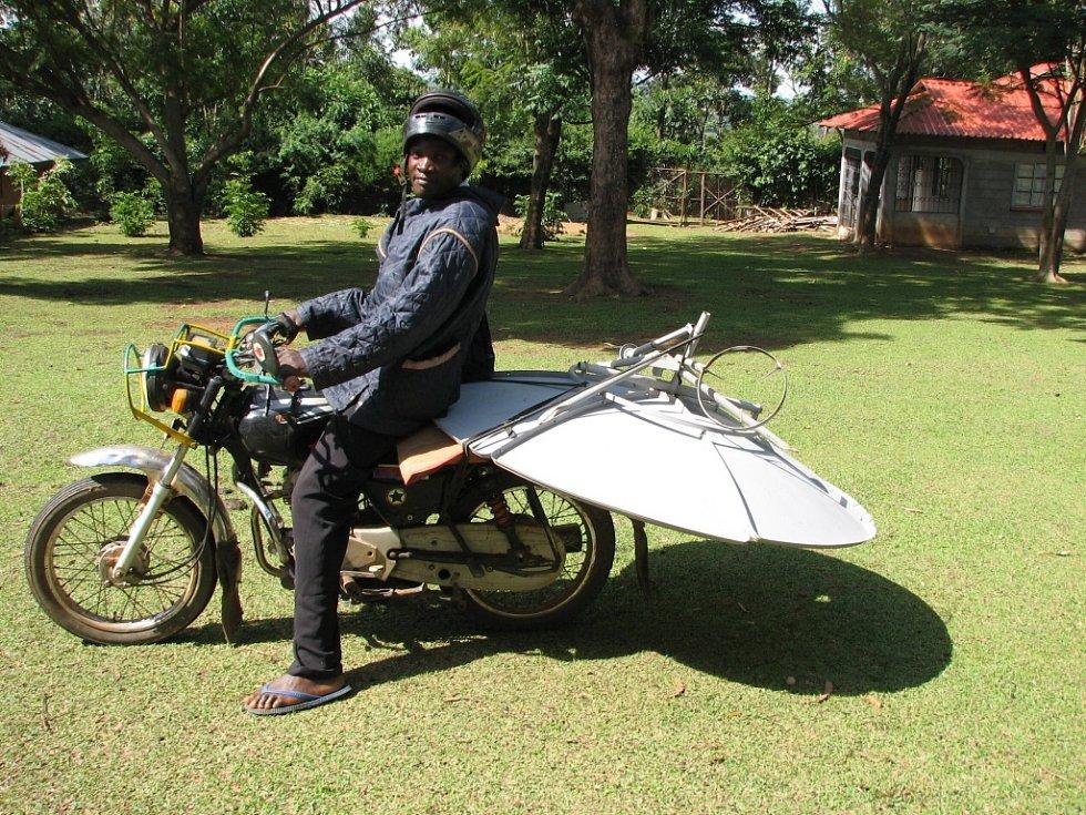 Solární vařič vozíme na motorce.