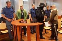 Ochranné komando přivedlo do soudní síně obžalovaného Tomáše Telína.