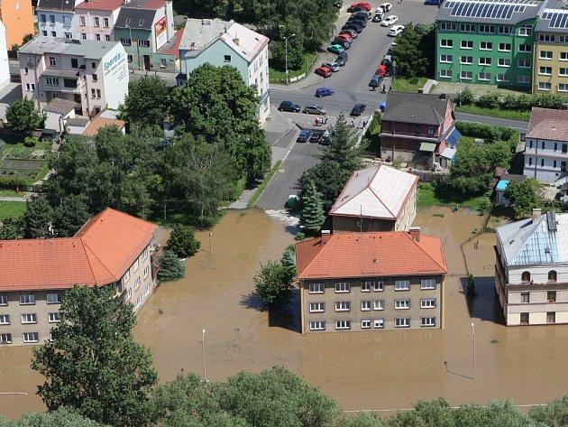 Střekovská protipovodňová stěna nevydržela a nábřeží rázem zaplavilo Labe.