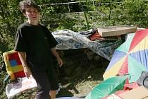 Daniela Ulrichová se s maminkou a psy dočasně ubytovala u potoka před Byňovem.