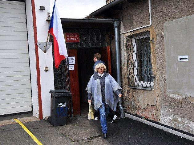 Ve  Mstišově chodí lidé volit do místní hasičské zbrojnice.