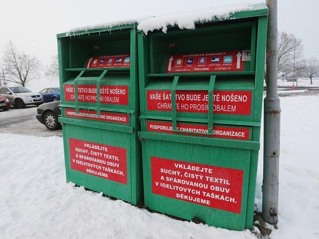 Zelené kontejnery duchcovské firmy.