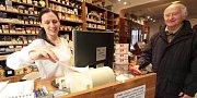 Dana Zettlitzerová v krámku s luxusními kuřáckými potřebami tiskne účet.