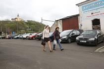 Prostor bývalého autobazaru v Přístavní ulici v Ústí se přemění na záchytné parkoviště.