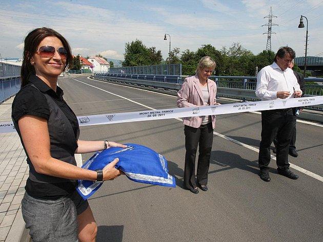 """Most """"Metal"""" v Trmicích je oficiálně otevřený. Uzavřen byl v roce 2008 po dokončení přilehlého úseku dálnice D8. Jeho rekonstrukci zainvestoval sedmdesáti miliony Ústecký kraj."""