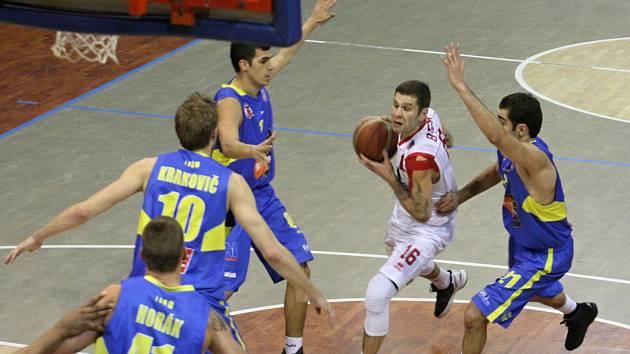 Chomutovský tahoun Pavel Bosák (v bílém) si dělal s ústeckými hráči co chtěl, soupeři nasázel 25 bodů.