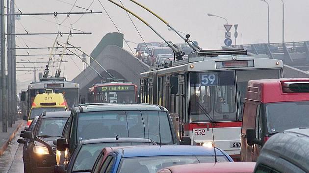Doprava v Ústí nad Labem zkolabovala. Trolejbusy nabíraly hodiná zpoždění.