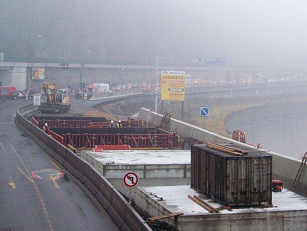 Stavební práce pod mostem dr. Edvarda Beneše.