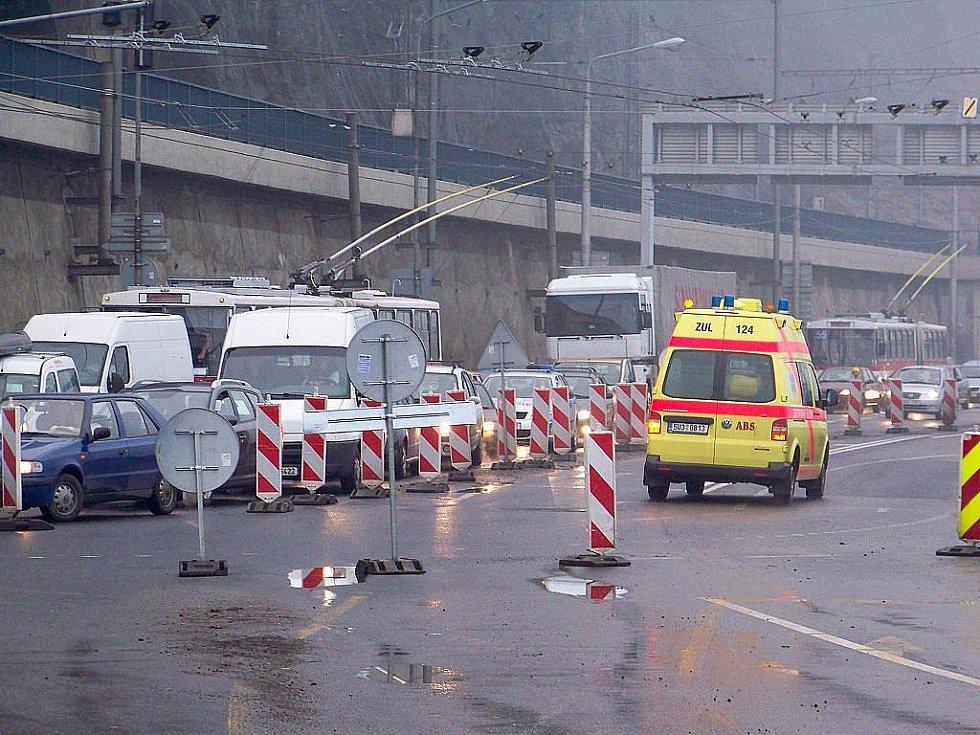 Doprava v Ústí nad Labem zkolabovala. Na snímku křižovatka U Pěti oblouků.