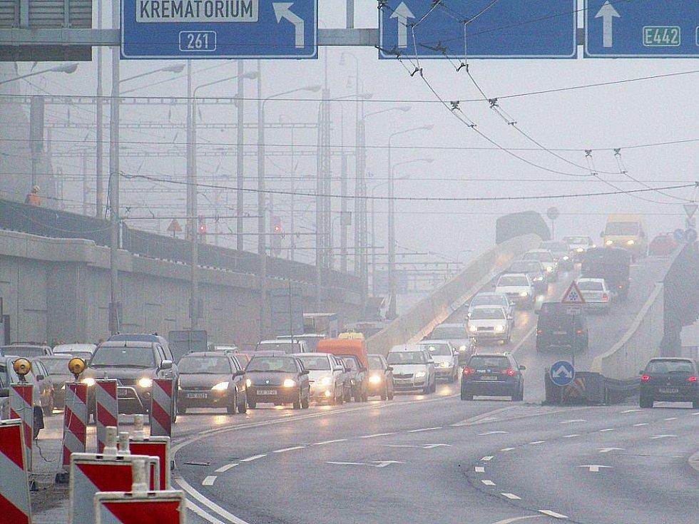 Doprava v Ústí nad Labem zkolabovala. Na snímku takřka stojící kolona na sjezdu z Mariánského mostu.