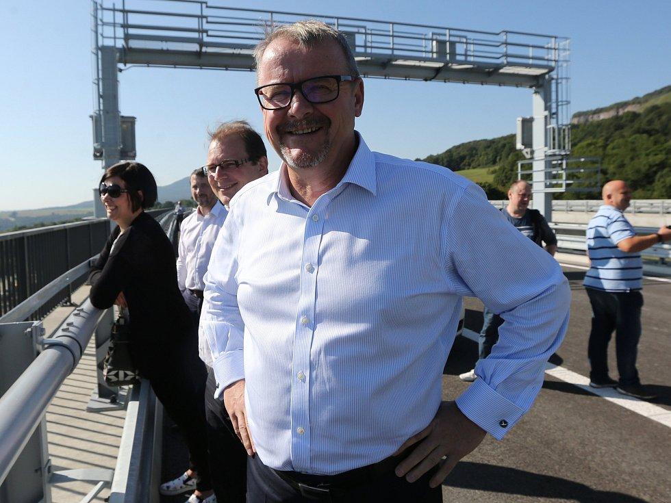 Ministr dopravy Dan Ťok oznámil termín zprovoznění druhého mostu dálnice D8 u Prackovic. Pravděpodobně to bude po dvacátém září.