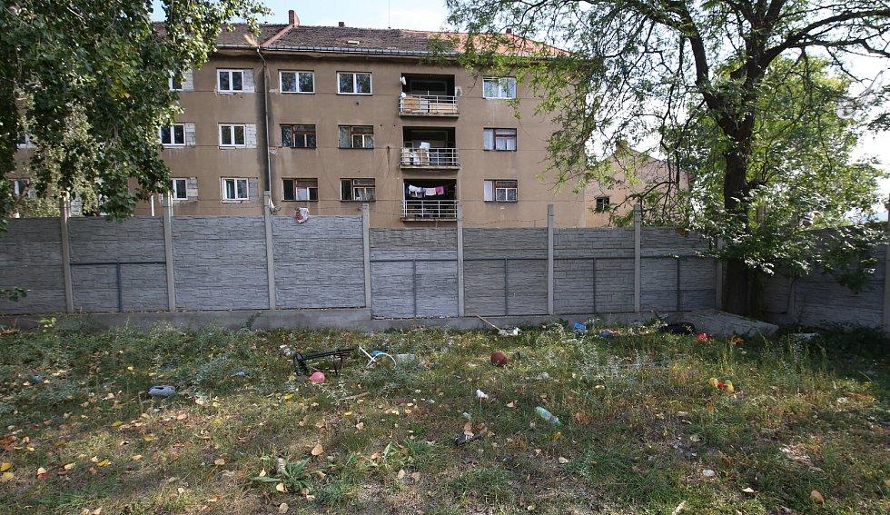 Do vyloučené lokality Sklářská ulice v Ústí nad Labem, Předlicích dorazil ve čtvrtek dopoledne ombudsman Stanislav Křeček.