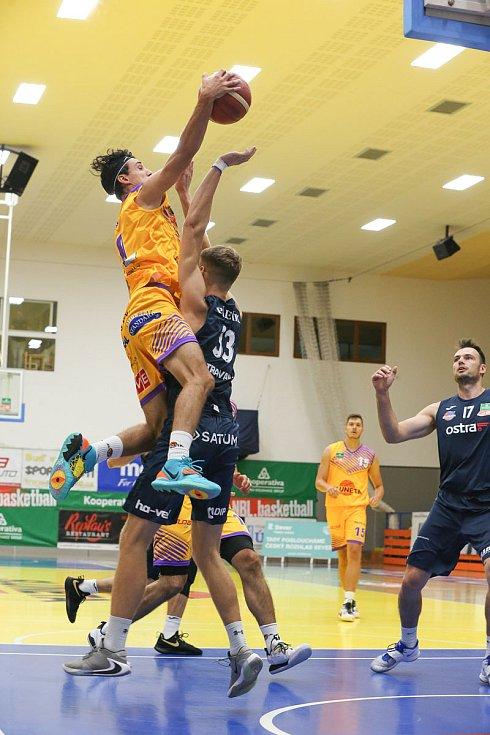 Ústečtí basketbalisté v zápase s Ostravou, KNBL 2020/2021.