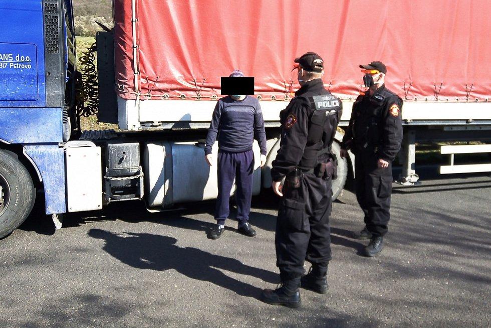 Prostitutka šla nabízet své služby řidičům kamionů v Předlicích