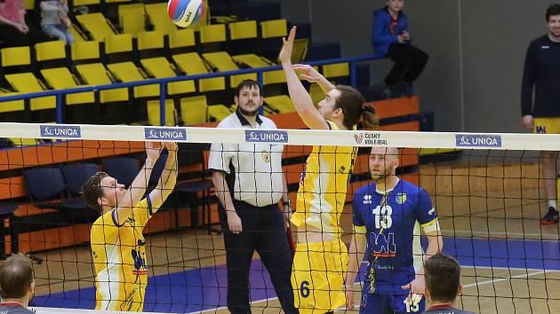 Volejbalový zápas mezi Ústím nad Labem (ve žlutém) a Českými Budějovicemi.