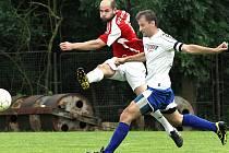 Fotbalisté Neštěmic (červení) porazili Velké Březno jasně 4:0.