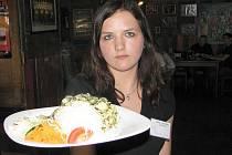 Na snímku studentka oboru číšník – servírka Sandra Braunová.