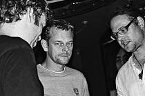 Herec Martin Stránský (uprostřed) a básník Tomáš Tajchner (vpravo) na křtu audioknihy v Legends Rock Café.