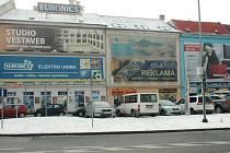 V nosič reklamy se proměnily domy na Špitálském náměstí i v Hrnčířské ulici.