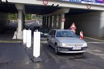 S mírnými dopravními komplikacemi museli počítat o víkendu řidiči projíždějící přes Benešův most z centra na Střekov. Dělníci opravovali nerovnost silnice po výstavbě protipovodňových opatření.