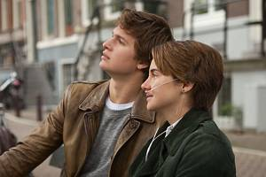 Teenageři Hazel a Gus, hlavní hrdinové knihy i filmu.