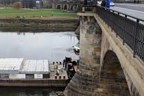 Uvázlá česká loď v Drážďanech zřejmě žádné škody nezpůsobila.