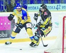 ZA SOUPEŘEM. Po dvojici domácích výher se ve čtvrtfinálové sérii play off první hokejové ligy tentokrát představí Ústečtí dvakrát v Kadani. Na snímku v akci Jan Klobouček (vlevo).