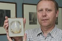 Vzácnou daguerrotypii z roku 1839 drží v ruce velkobřezenský kastelán Miloš Musil.
